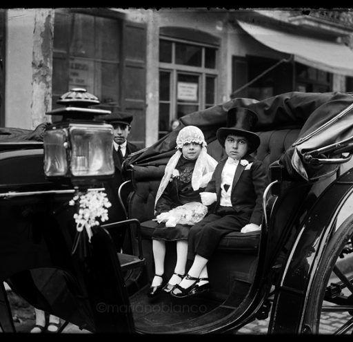 Niños en coche de carrozas