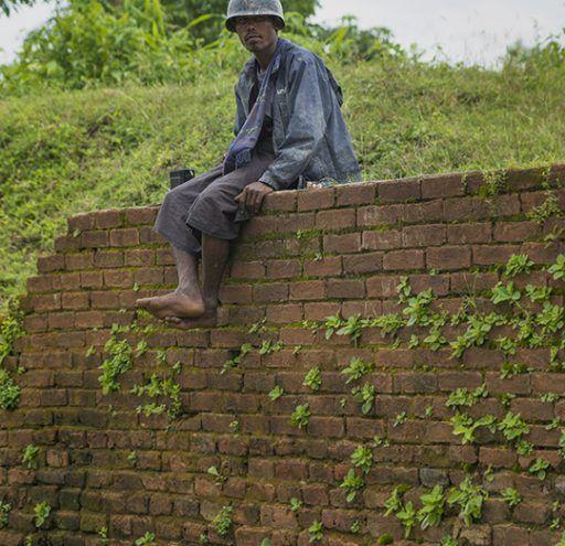 Fotografía Myanmar capesino con casco