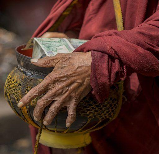 Fotografía Myanmar  manos de monje Budista
